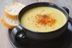 Deze soep smaakt naar oude kaas! Tenminste, dat denkt mijn smaak die inmiddels al zo'n vijf jaar geen koemelkkaas meer heeft geproefd. Het is in ieder geval een heel lekker hartig en prachtig geel soepje voor een koude winteravond. Het recept is geïnspireerd door de Cheddary Broccoli Soup uit het bo