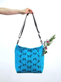UUTUUS! Tilava markiisilaukku, jota koristaaperhosprintti.Laukussa on sivuilla avotaskut jasisällä vetoketjutasku.Laukku sulkeutuu 35cmvetoketjulla. Sisään mahtuu mm. A4 lehti.