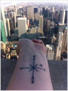 Tattoo boussole sur le poignet https://tattoo.egrafla.fr/2016/01/14/modele-tatouage-boussole-rose-des-vents/
