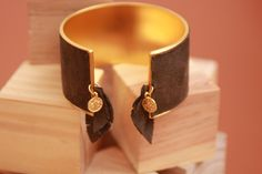 Superbe bracelet plaqué or et cuir taupe.  Magnificent bracelet sticks gold and taupe leather. par 50emeParallele sur Etsy https://www.etsy.com/fr/listing/262139139/superbe-bracelet-plaque-or-et-cuir-taupe
