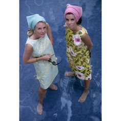 Wendy Vanderbilt (r) and unidentified woman wearing Lilly Pulitzer dresses in Palm Beach. Photo by Slim Aarons, January 1964 Lilly Pulitzer, Retro Mode, Mode Vintage, Vintage Italy, Vintage Glam, Retro Chic, Hippie Woodstock, Palm Beach, Summer Beach