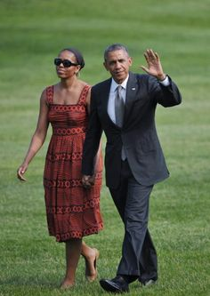 Michelle laid back look epitome casual chic Michelle Et Barack Obama, Barrack And Michelle, Michelle Obama Fashion, First Black President, Power Dressing, African Dress, African Wear, African Fashion, Fashion Pictures