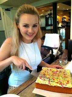 Niomi Smart Niomi Smart, Zoe Sugg, Youtubers, Food, Eten, Youtube, Meals, Diet