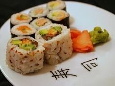 Recette Sushi Maki inversé (California roll) saumon-avocat Cuisine Diverse, Sushi Time, Sushi Art, Sashimi, Tupperware, Japanese Food, Food Porn, Rolls, Healthy Recipes