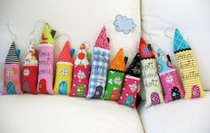 Little houses: Maybe be good use of the fabric scraps or shirts. Sewing Crafts, Sewing Projects, Craft Projects, Diy Crafts, Scrap Fabric Projects, Creation Couture, Fabric Houses, Fabric Buildings, Little Houses