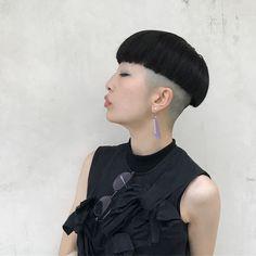 「かぽり族さま」 さくらこはんかわいすぎますー カポリ族さま、健在!! カポリの位置は人それぞれの生え方や、に合わせにて決めております! #hair #fashon#ショート#haircut #hairstyle#hairfashion##ヘアカラー#ヘアー#ディスコネ#マッシュ#UMiTOSなつきヘアー #ヘアカラー#haircolering#刈り上げ女子 Bowl Haircuts, Short Bob Haircuts, Shaved Nape, Shaved Sides, Short Hair Cuts, Short Hair Styles, Bowl Cut, Tan Skin, Pixie Cut