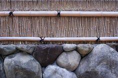 Japanese garden fence Japanese Fence, Japanese Bamboo, Bamboo Wall, Bamboo Fence, Garden Fencing, Garden Tools, Garden Ideas, Zen Gardens, Japanese Gardens