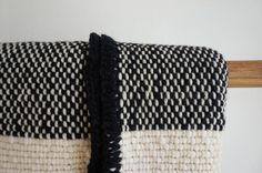 Gestreepte Mexicaanse deken haak rand zwart witte Yoga wrap geweven deken, Boho sofa gooien wrap, wol picknick deken zonder franjes