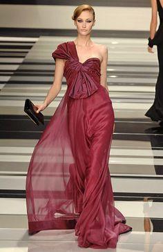 Transparências, cores vibrantes e estampas em alta nos vestidos de festa