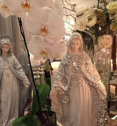 As celebridades indispensáveis na sua vida e na sua festa! #inspiração #festa #festadefimdeano #casamento #flores #design #noiva #cerimonial #decoracao #decoracaodeinteriores #mesadedoces #blogdecasamento @_presentedoceu #love sacred art  statue #party #altar #decoration #bride #beautiful #decor #catholic #life #style #instamood #my #art #luxury #wedding #flowers #happy #moment @_presentedoceu