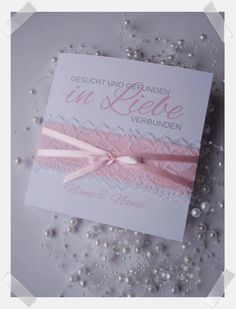 Handgefertigte Einladung zur Hochzeit mit Spitze und Satinband. In jeder Wunschfarbe individuell gestaltet erhältlich. Such Und Find, Creative, Invites Wedding, Host Gifts, Card Wedding, Little Gifts, Lace, Handmade, Birthday