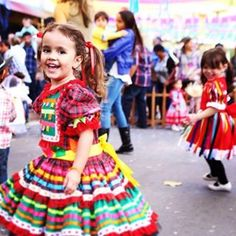 Olha a chuvaaaa, é mentira! #caipirinhalinda #trajesjuninos #festajunina #festajulina # festaagostina #fitas #cores #xadrez #santoantonio #saopedro #saojoao