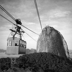 Bondinho do Pão de Açucar Jean Manzon, circa 1940 Jean Manson, Rio Brazil, Ferrat, Old City, Historical Photos, Old Photos, Black And White, World, Poster