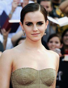 Emma Watson con raya a un lado y melena  fijada