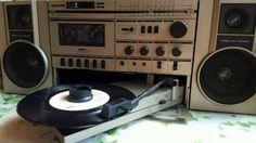 Biete ein sehr selten tragbaren Radiorecorder mit integriertem Plattenspieler…