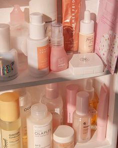 Colorful skincare shelfie featuring the new Summer Fridays serum, fourth ray beauty, & glossier Beauty Care, Beauty Skin, Beauty Hacks, Diy Beauty, Beauty Tips, All Things Beauty, Serum, Skin Care Routine For Teens, Diy Deodorant