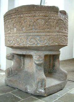Kerk van Sleen. In de ruimte voor de kansel staat de romaanse doopvont van Bentheimer zandsteen. Ze dateert uit de eerste helft van de 13e eeuw. Deze vont deed lange tijd dienst als bloembak in de pastorietuin. In 1888 werd ze tegen vergoeding van de transportkosten voor een bedrag van acht gulden ter beschikking gesteld aan het Drents Museum te Assen