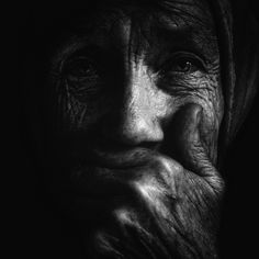 Una cara nos mira desde el fondo de un espejo Fotografías de Lee Jeffries