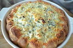 Brotkranz mit Spinat-Artischocken-Dip mit reichlich Käse - http://www.chefkoch.de/rezepte/3065501459090359/Spinat-Artischocken-Dip-im-Brotkranz.html