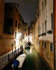 V E N E Z I A   Hallo Venedig du wunderschöne Stadt! Selten habe ich eine Stadt betreten die mich vom ersten Moment an so verzaubert hat.  Bisher kenne ich sie nur im Dunkeln da wir erst gegen 23 Uhr gelandet sind aber wir liefen bis 2 Uhr durch die Straßen weil es einfach so atemberaubend schön war ist. Und leer! Menschenleer in der Nacht... #venezia #venedig #venice #italien #italy #lagunenstadt #laguna #gondeln #gondola #travelling #reisen #städtetrip #städtereisen #canale #canales #night…