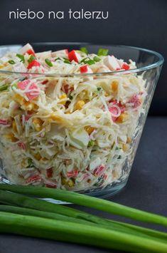 Sałatka z surimi i makaronu ryżowego. Użyłam makaronu rodowodem z Azji, który ma postać przeźroczystych nitek lub cienkich wstążek,
