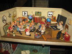alte Puppenstube Puppenschule Klassenzimmer antik , viel Inventar und Puppen | eBay