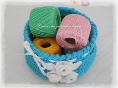 CESTINO FETTUCCIA UNCINETTO #creareconpassioneeamore #crochet #uncinetto #handame #handmadeinitaly #lemaddinecreano #madeinfacebook #fettuccia #fattoamano #cestino #basket #rose #foglie #portalavoro #flower #handcrafted