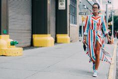 Street looks à la Fashion Week printemps-été 2016 de New York, robe chemise longue à rayures bleu et rouge, baskets