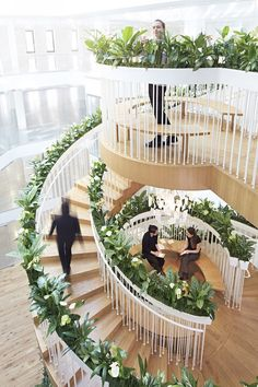 Paul Cocksedge Studio created a living spiral staircase with open spaces for reading, drawing, relaxing and drinking tea. It's located in a new co-working space. Interior Design Magazine, Escalier Art, Escalier Design, Interior Stairs, Interior Architecture, Interior And Exterior, Stairs Architecture, Modern Staircase, Staircase Design