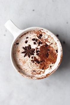 Chai Spice Hot Chocolate - Cupful of Kale - - Super creamy and indulgent vegan chai spice hot chocolate with coconut whipped cream. Ready in just 5 minutes and the perfect sweet treat on cold autumn afternoons! Homemade Hot Chocolate, Hot Chocolate Recipes, Yummy Drinks, Healthy Drinks, Yummy Food, Milk Shakes, Chai, Fall Recipes, Vegan Recipes
