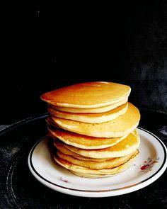 """Pancakes - wie die Umfrage gestern gezeigt hat sind die grossen oder """"normalen"""" Pancakes immer noch beliebter als die Pancakes Cereals. Das trifft sich gut denn fürdie Kleinen braucht es dann doch """"ein bitzeli"""" mehr Zeit. Ich bereite die Pancakes seit Ewigkeiten nach dem gleichen Rezept zu. Seit fast einem Jahrzehnt ist das Rezept auch schon im Blog zu finden. Wer einen Blick riskiert sieht es den Fotos deutlich an. Was meinst du? Soll ich das Rezept überarbeiten und mit neuen Fotos… Pancakes, Blog, Breakfast, Butter, Instagram, Photos, Popular, Maple Syrup, Pigtail"""
