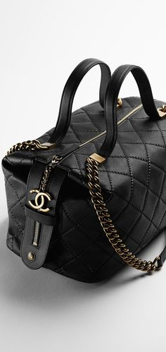 Discover the latest collection of CHANEL Handbags. Explore the full range of Fashion Handbags and find your favorite pieces on the CHANEL website. Chanel 2015, Chanel Chanel, Chanel Black, Dior, Beautiful Handbags, Beautiful Bags, Chanel Fashion, Fashion Bags, Chanel Style