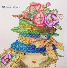 Instagram media tomojun_k - ・ ドアップガール再び ゴージャスお帽子3つも欲張ってるんで、背景なしで☘ これも塗るのが楽しくてスイスイ進みました ・ ・ #大人の塗り絵#コロリアージュ#おとなのぬりえ#おとなの塗り絵 #coloriage#adultcoloring #colouringbook #colouring#tocdegroc#こねこのかくれんぼ #帽子