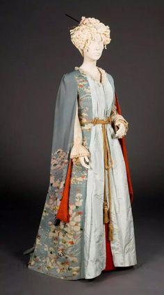 1885年製の振袖をドレス風にアレンジした着物ガウン。ちらりと覗く裏地の赤が鮮やかで綺麗。着物の多くはネグリジェとして使われていたそうですが、こういうジャパネスクな雰囲気も良いですね。