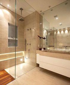 Sala de banho | Nichos com iluminação indireta, espelho até o gesso transmitindo amplitude e chuveiro de teto!! #interiores #decor #design #ambientes #banheiro #revestimento #designdeinteriores #tendência #iluminação #chuveiro #nicho #iluminaçãoindireta