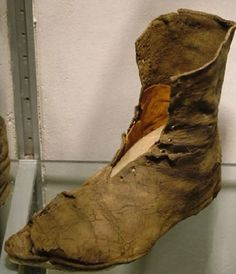 Medieval Boots, Medieval Clothing, Medieval Life, Leather Armor, Leather Tooling, Leather Shoes, Historical Costume, Historical Clothing, Armadura Medieval