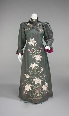 Tea Gown with Art-Noveau lilies, and construction elements borrowed from kimono and 18th century robe a la francaise, 1898–1901, British, sil