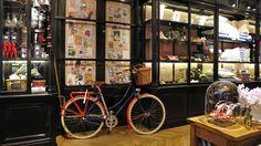 La plus parisienne des Parisiennes ouvre enfin boutique. Installée dans une ancienne fonderie du 7e arrondissement, l'adresse a conservé les traits saillants du lieu pour jouer à fond la carte de l'atelier à l'ancienne et interpréter une manière très