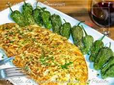 Tortilla de bacalao con pimientos de Padrón Spanish Food, Vegetable Pizza, Tapas, Zucchini, Seafood, Food And Drink, Favorite Recipes, Stuffed Peppers, Salads