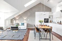 Una luminosa zona #living dove legno e colore creano piacevoli contrasti #mansarda #design