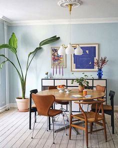 Mixed Dining Chairs, Image Deco, Room Of One's Own, Apartment Living, Apartment Ideas, Apartment Therapy, Home Fashion, Women's Fashion, Beautiful Interiors