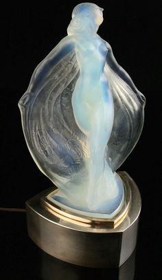 Art Deco lalique lamp - She looks like water Lampe Art Deco, Art Deco Table Lamps, Art Deco Lighting, Antique Lighting, House Lighting, Lighting Ideas, Art Nouveau, Moda Art Deco, Cristal Art