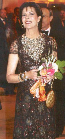 Tenue Chanel lors du Bal de la Rose 2007 où la princesse qui a coupé ses cheveux, apparaît rayonnante.