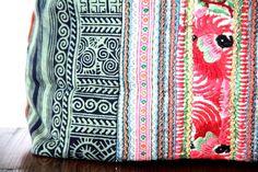 Original et hors du commun ce sac de fille en toile de batik anthraciteavec un sublime empiècement