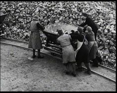 """Dieses Bild zeigt die Trümmerfrauen in Berlin. Damals gab es viele neue Wörter, die aus diesem Wort  »Trümmer« gemacht wurden, zum Beispiel, »Trümmerfelder« und »Trümmerleben«. / This picture shows the """"rubble-women"""" in Berlin. At that time many new words were coined: """"rubble-fields"""" and """"rubble-life"""", for instance."""