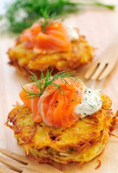 Things you can cook when you have a proper kitchen. / cheesy pancakes with salmon, sour cream and dill.