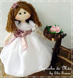 Boneca daminha corpo confeccionado em algodão, vestido em crepe carol e organza cristal. É articulada e fica em pé e sentada sem apoio.