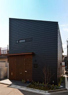 敷地は埼玉県の静かな住宅街にあります。 現在、上空の高い位置には高架線が通っていますが、昔は低い位置に通っていた為、真下には建物が建てられないという制限があったようです。そのため、北側に庭、南側に建物を寄せた、いわゆる北に開いた南北逆転の家が軒を連ねていました。建て替え前の建物もそうであり、昼間でも電気が必要であり、冬は寒かったそうです。その事もあり、建て替えにあたっては明るく暖かい家が第一の要望でした。 夫婦と子供2人(すでに成人している)の家として、30坪弱の敷地に容積率が50%である為、決して余裕のある面積が確保できないことから、プライベートな部屋を効率良く配置し、パブリックな部分にゆとりをつくりました。また、隣家が接近している為、ハイサイドライトやトップライト、縦格子から常にやさしい光がそそぐ様に計画しました。 建て主は機械製作の会社を営み、子供は家具職人。ということで、共同作1号として おふたりにキッチンを作って頂きました。小さいながらに使いやすそうなシンプルなキッチンが完成しました。奥様はその明るいキッチンでの料理が楽しみなようです。