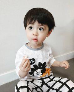La imagen puede contener: 1 persona, primer plano Cute Baby Boy, Cute Little Baby, Little Babies, Cute Kids, Cute Asian Babies, Korean Babies, Asian Kids, Stylish Little Girls, Cute Babies Photography