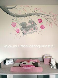 me to you kinderkamer muurschildering meisje: Twee beertjes op een schommeltje en bloemen
